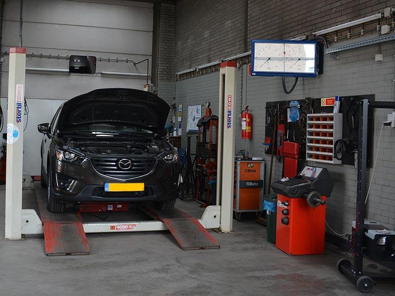 Garage Schreuder - Auto op de brug voor onderhoud en reparatie